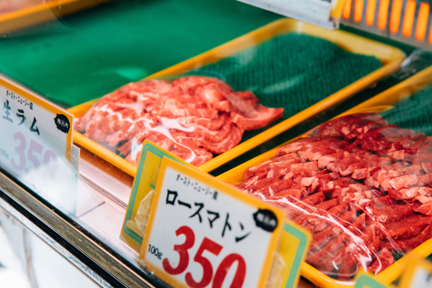 併設する精肉店では、マトンやラムといった羊肉も販売。