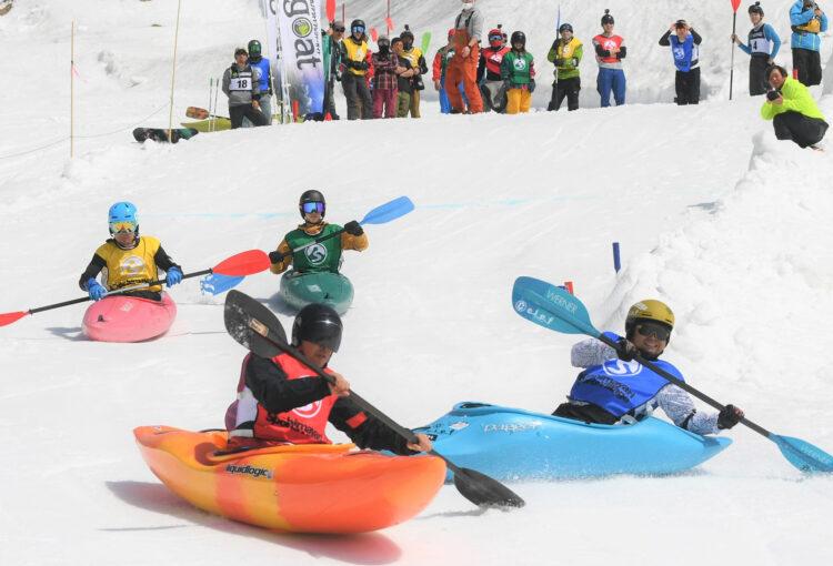 雪上をカヤックで滑走 大町で大会