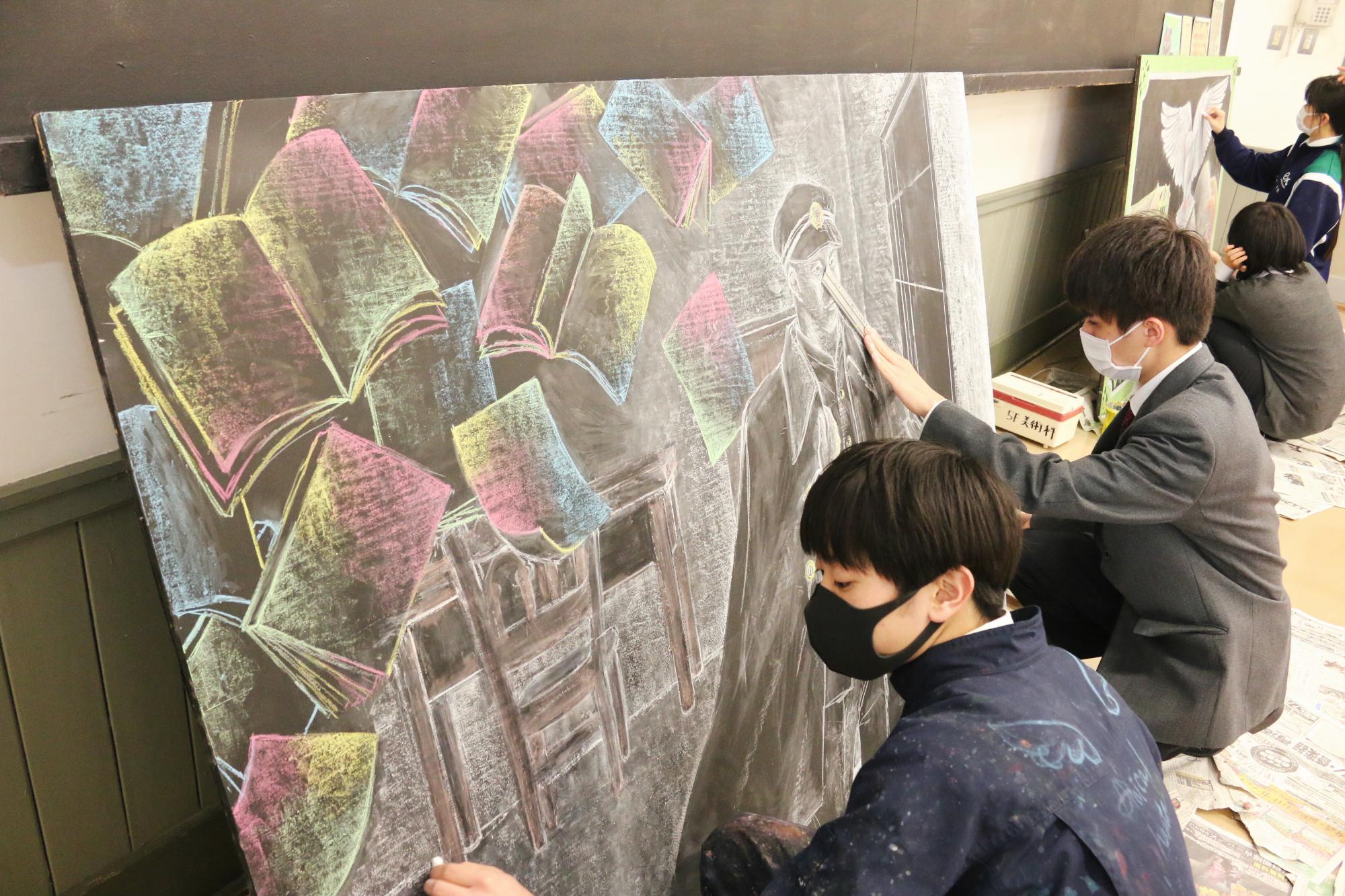 重文「旧制松本高校」で黒板アート エクセラン高美術科