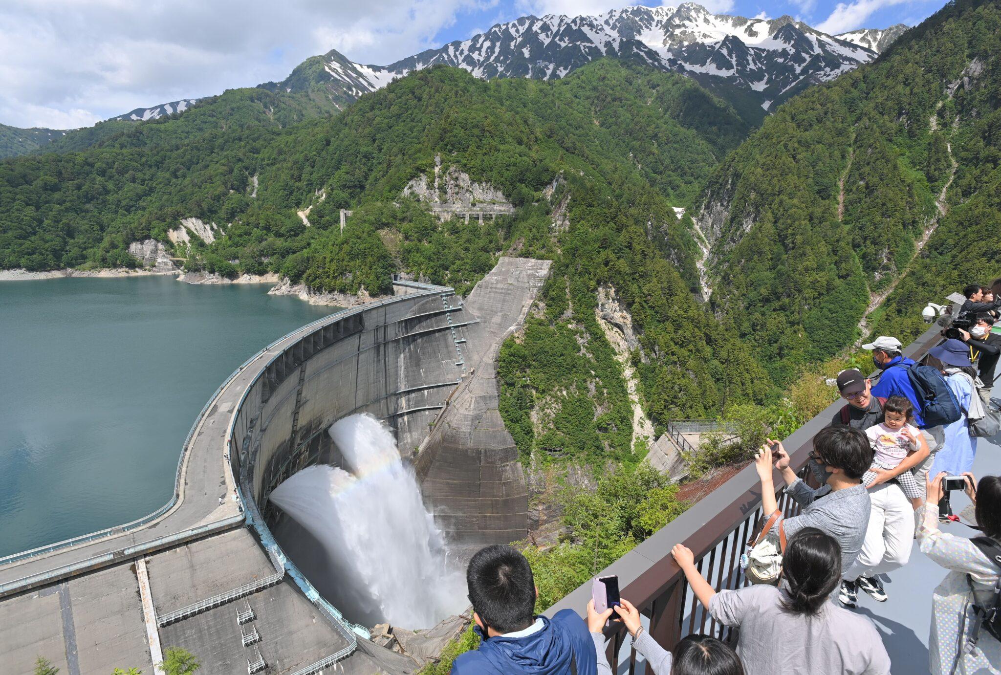 毎秒10トンもの水が… 黒部ダム 観光放水始まる