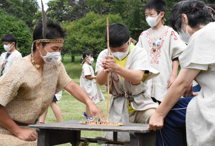 東京パラ採火 信州でもスタート 「縄文人」も火おこし