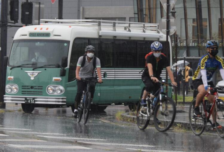 自転車ツーリングをバスがサポート 飯山で出発式